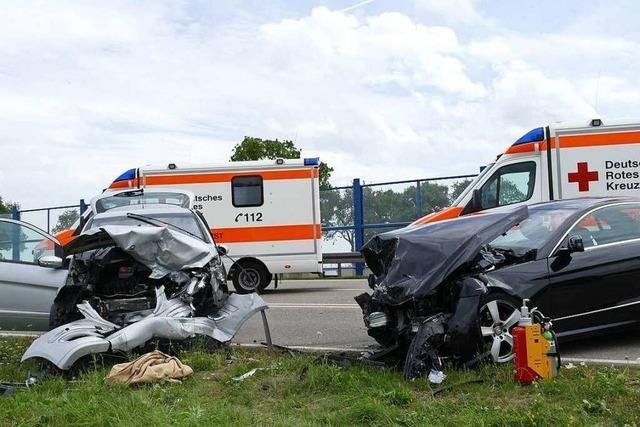 Drei Schwerverletzte bei Frontalkollision auf der B 31