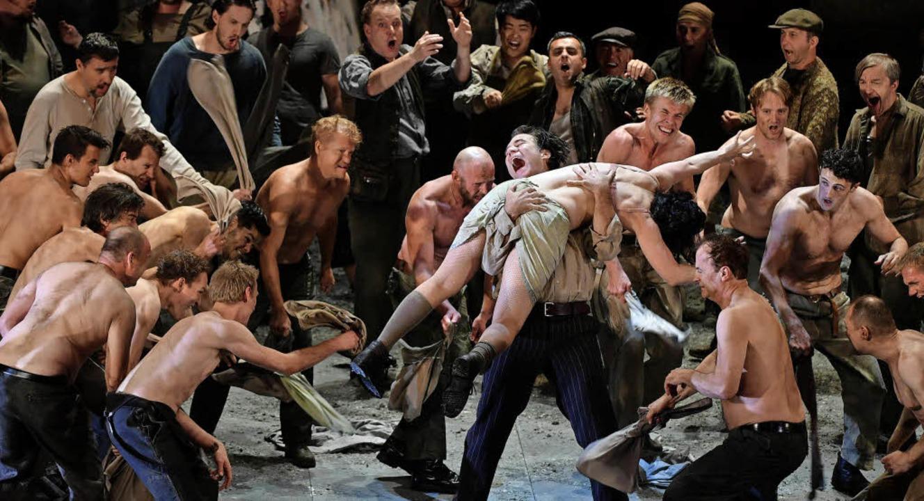 Dumpfe Gewalt: Szene aus Andreas Kriegenburgs Salzburger Neuinszenierung  | Foto: dpa
