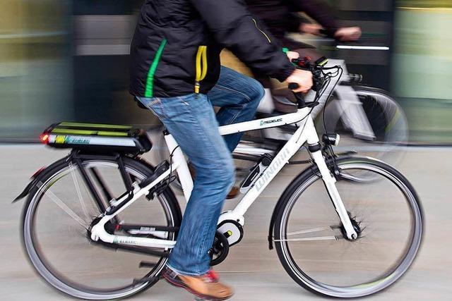 E-Bike-Fahrer stößt mit Auto zusammen und verletzt sich schwer