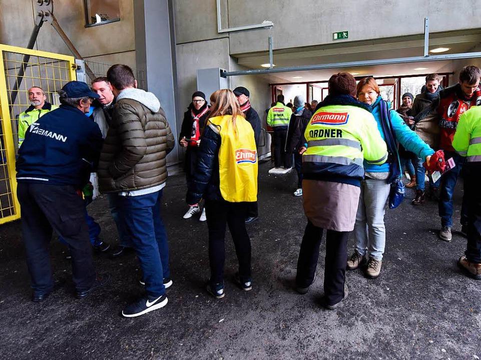 Für Einlasskontrollen am Stadion ist d...rierenden Security-Partner zuständig.   | Foto: archiv: dpa