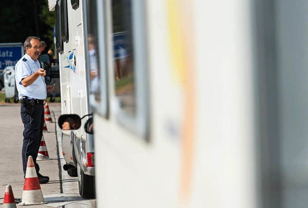 36 Fahrzeuge wurden überprüft,  sieben...ung der zulässigen Gewichte angezeigt.  | Foto: dpa