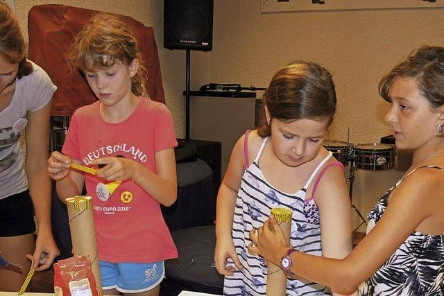 Kinder basteln und testen Instrumente