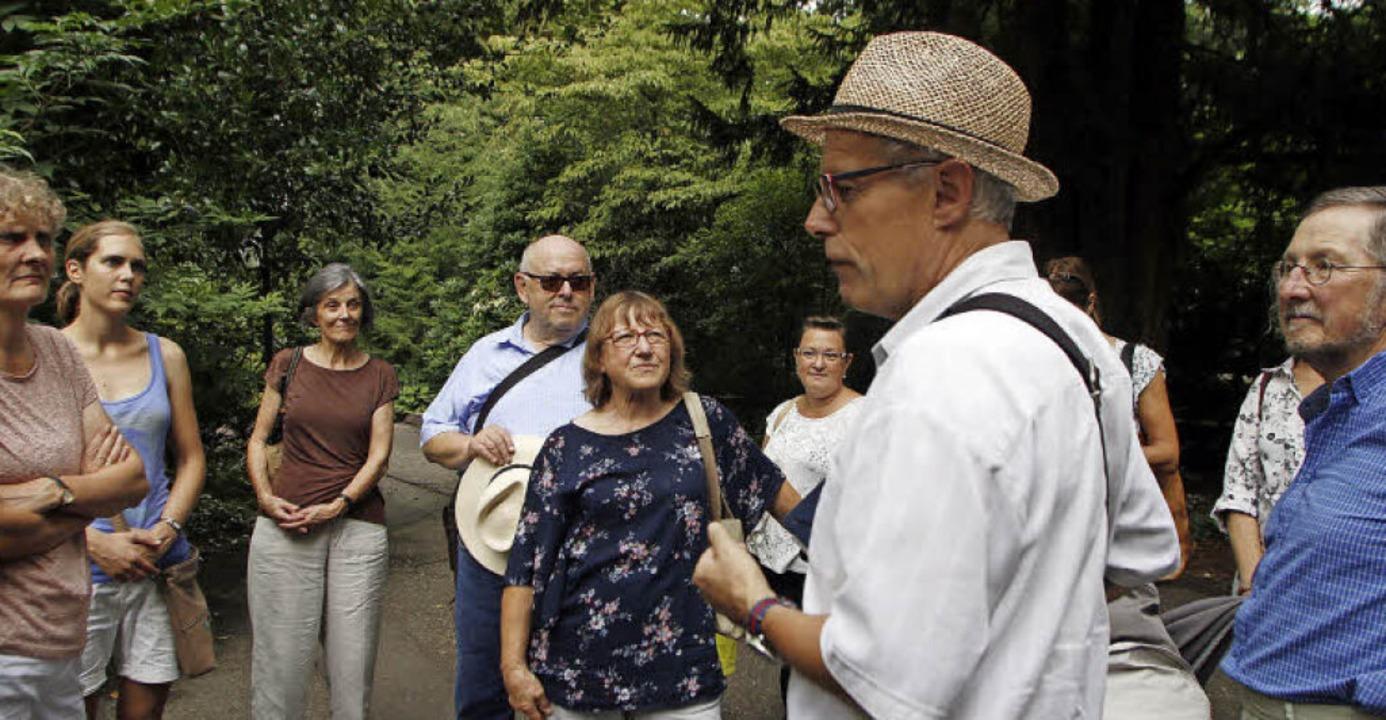 Mit großem Interesse folgten die Teilnehmer den Erzählungen von Richard Sottru.     Foto: Heidi Fössel