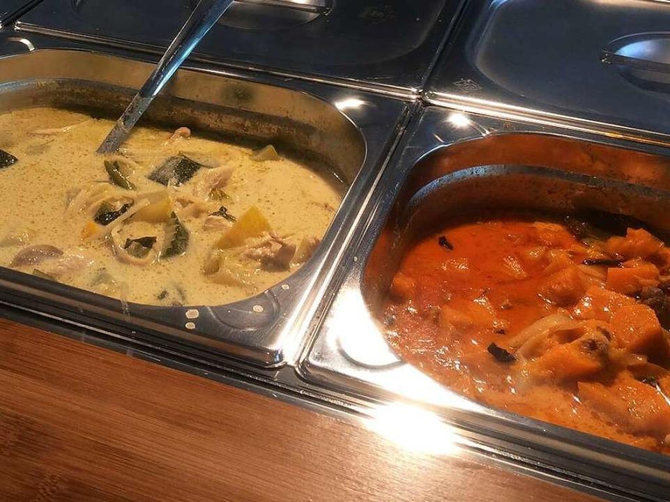 Currys gibt es wahlweise auch zwei auf einem Teller, dazu Reis.  | Foto: Susanne Ehmann