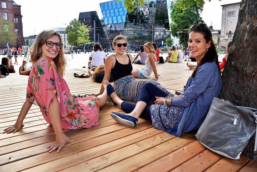 Alisa Dollinger, Marina Straßl  und Ev...211; vor allem die Sitzfläche aus Holz  | Foto: Thomas Kunz