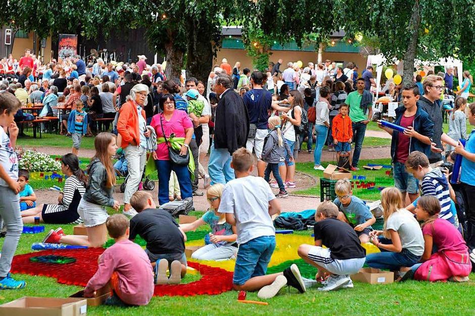Emsig und kreativ waren Groß und Klein zugange im Lenzkircher Kurgarten, damit die farbenfrohen Kunstwerke am Abend erstrahlen konnten. (Foto: Wolfgang Scheu)