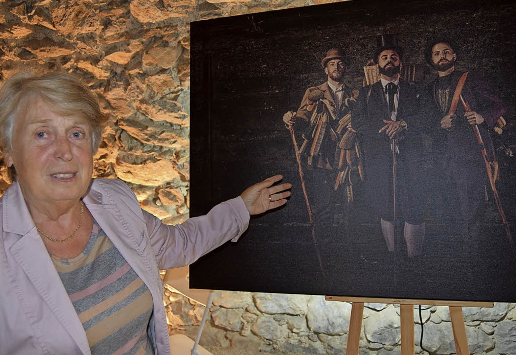 Die Vorsitzende des Kulturhaus-Vereins...m Fundus des Todtnauer Bürstenmuseums   | Foto: ulrike jäger