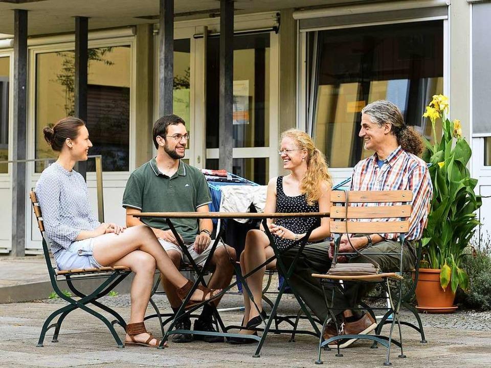Katja Friedrich, Benjamin Torn, Miriam... und Heimleiter Georg Rams im Innenhof    Foto: Ingo Schneider