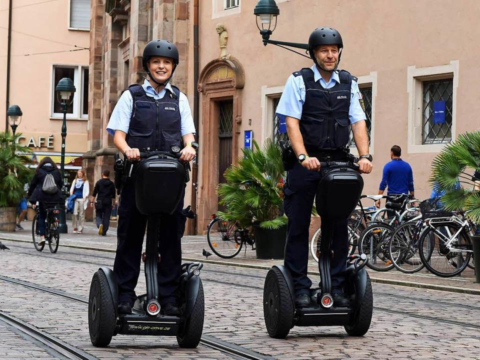 Schnell und wendig unterwegs: Die Poli...r mit dem Segway in der Bertoldstraße.  | Foto: Rita Eggstein