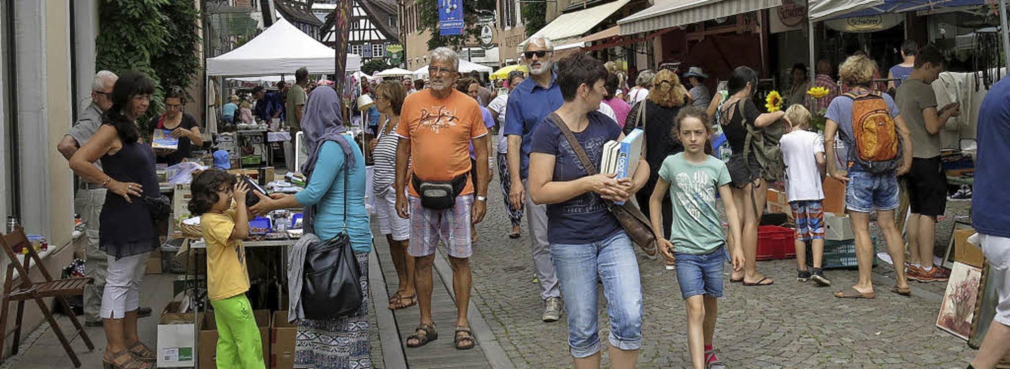 Buntes Treiben auf dem Altstadtflohmarkt    Foto: Georg Voß