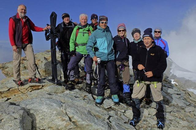 Gipfelstürmer von majestätischen Bergen beeindruckt