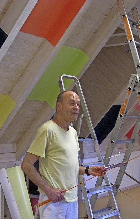 Künstler Platino beim Aufbau seiner Ausstellung im Hans-Thoma-Kunstmuseum.     Foto: Ulrike Spiegelhalter