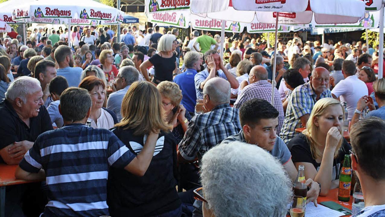 Auch am Montag war das Festgelände hin...m Bombacher  Sportplatz brechend voll.    Foto: Werner Schnabl
