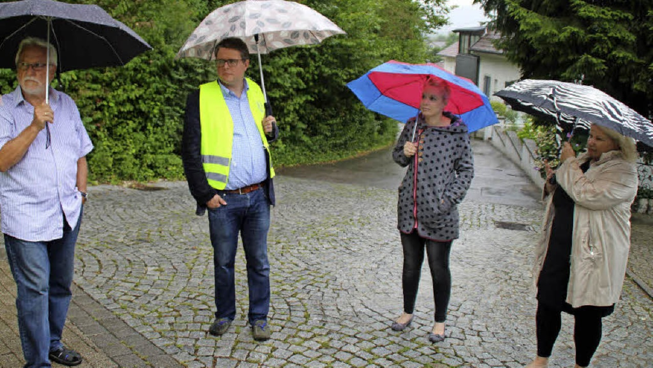 Trotz des Regens kamen Anwohner, um ih...s Benz, Beate Krein und Chris Hering.   | Foto: Rolf Reißmann