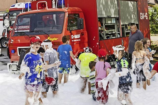Kids sind Feuer und Flamme für die Feuerwehr