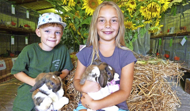 Der Kleintierzuchtverein Hüfingen feie...inger Weiß auf dem Schoß hält.            Foto: Gabi Lendle