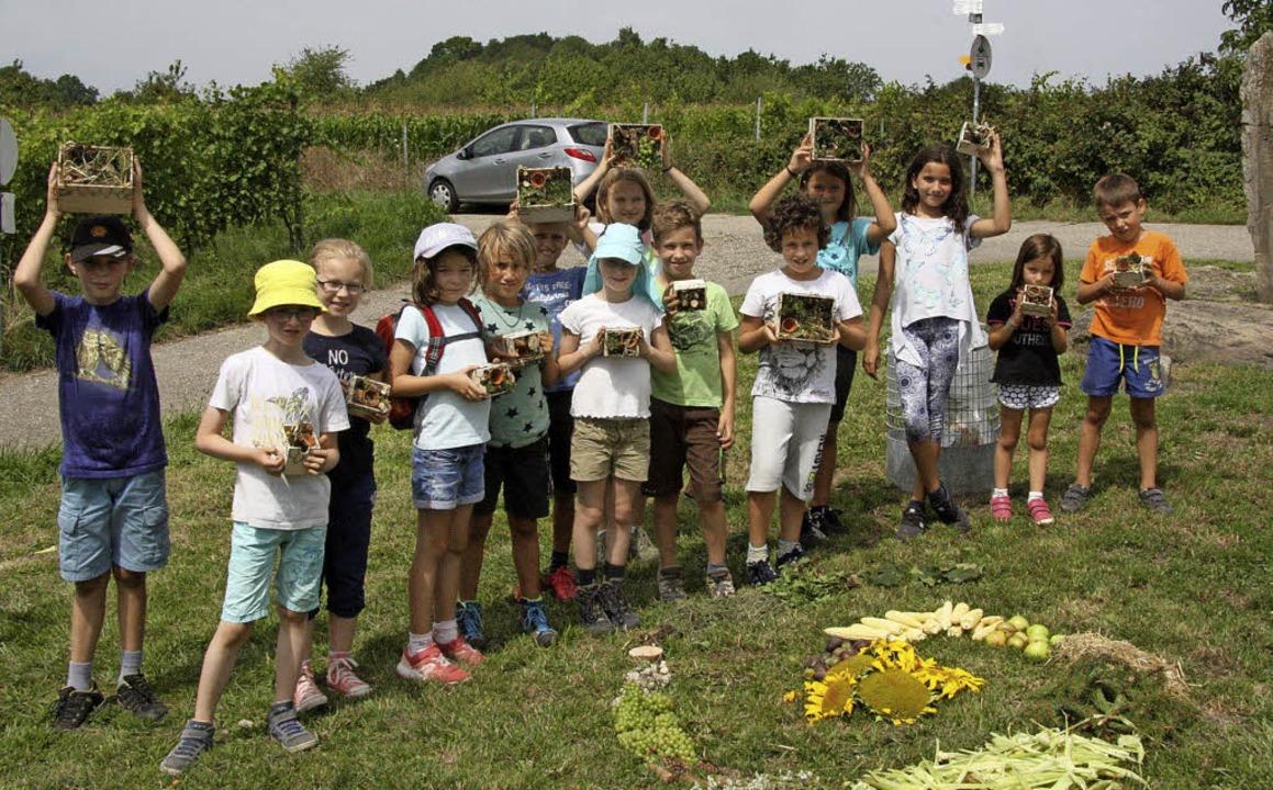 Stolz präsentieren die Binzener Ferien... die selbstgebastelten Insektenhotels.  | Foto: privat