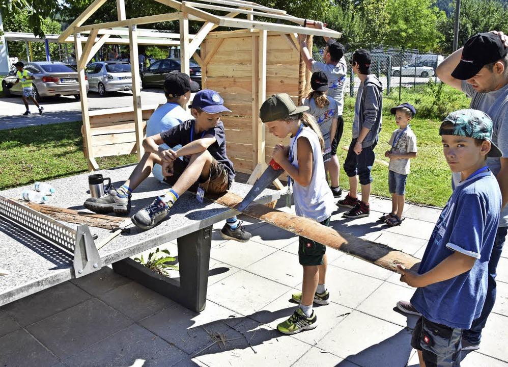 Kinder bauen ihre Spielstadt auf dem G...-)Geld kann zur Bank getragen werden.     Foto: Katharina Maß
