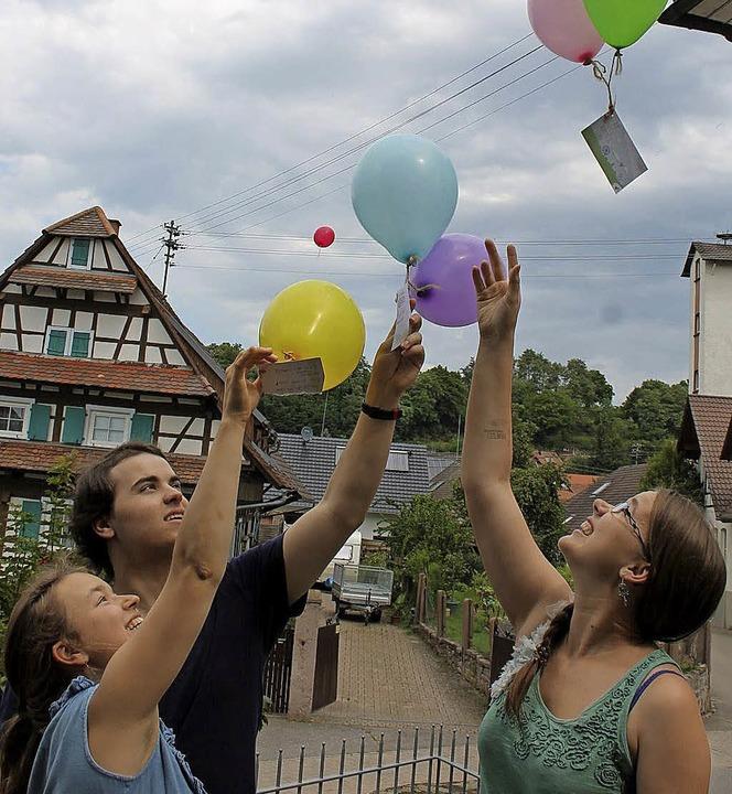 Luftballons als Symbol für eine bunte,...es Treffens zum Abschluss aufsteigen.   | Foto: Privat