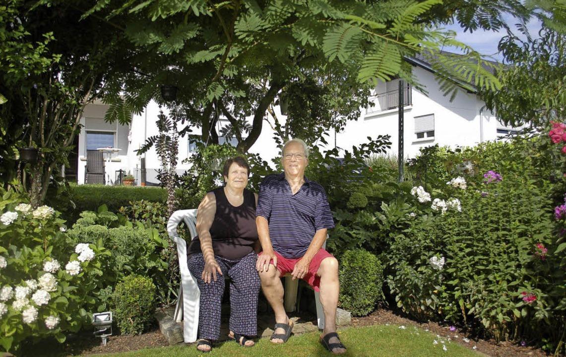 In ihrem Garten wie im Urlaubsparadies sitzen Reinhilde und Willi Kühne.     Foto: Barbara Röderer