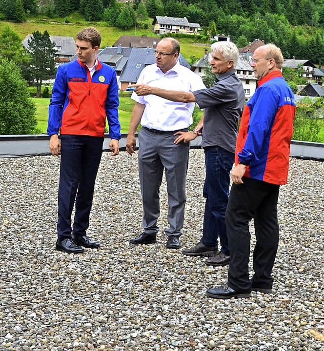Der Landesvorsitzende der Bergwacht, O...en geplanten Standort in Augenschein.   | Foto: Sahli