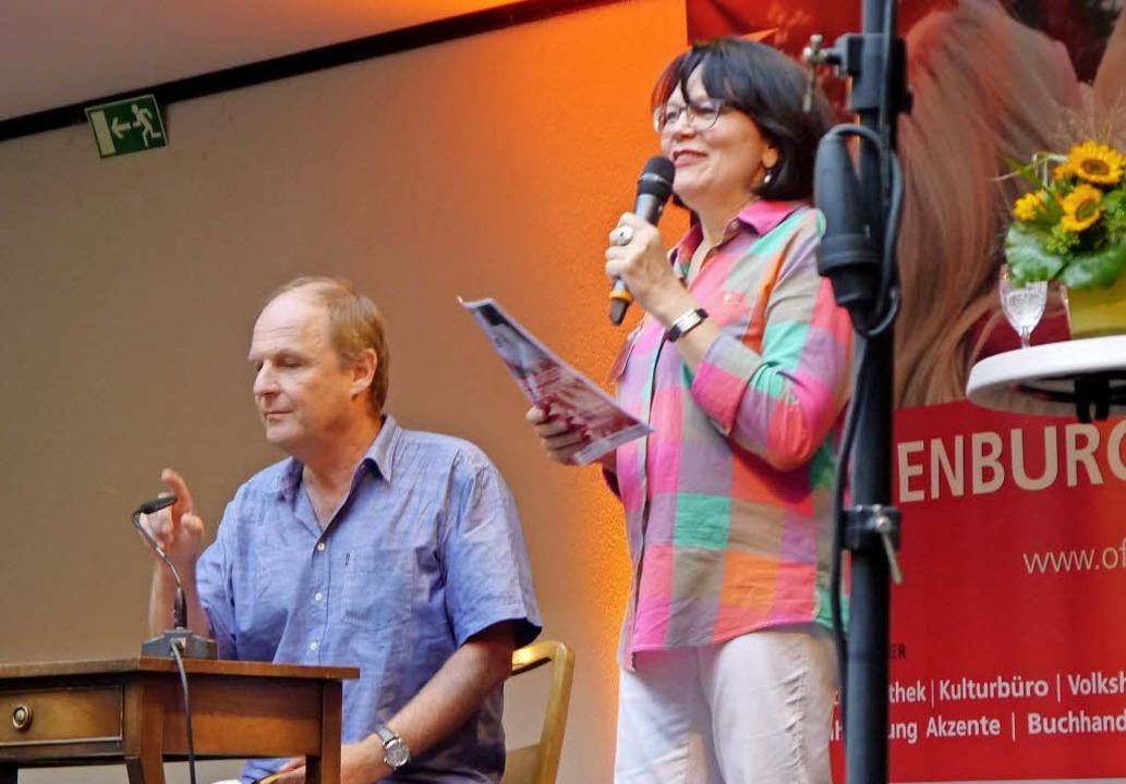 Sibylle Reiff-Michalik eröffnet den Le... Jens Rosteck ist der erste Vorleser.     Foto: Heidi Ast
