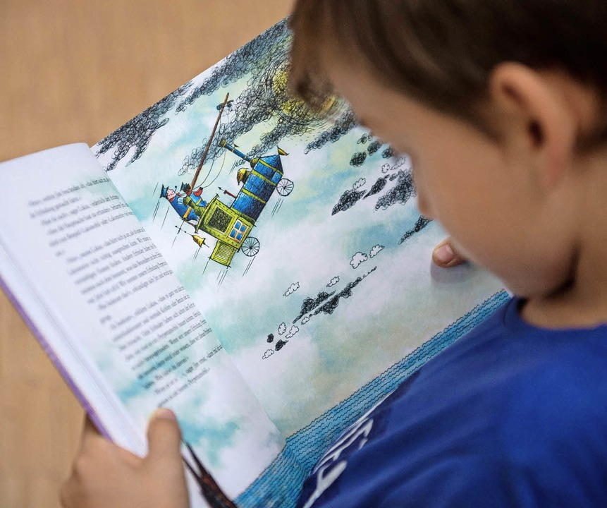 Das freut die Eltern: Ein Junge liest ein Buch.  | Foto: dpa