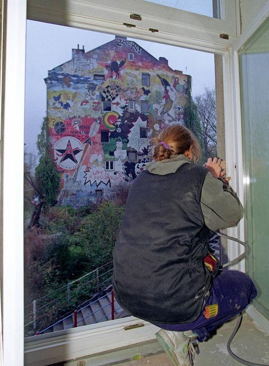 November 1997: Eine Bewohnerin eines H...e Gebäude heute einer Genossenschaft.   | Foto: dpa