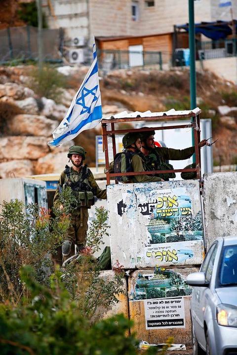 Israelischer Wachposten vor der Siedlung Kiryat Arba nahe Hebron    Foto: Abed Al Hashlamoun