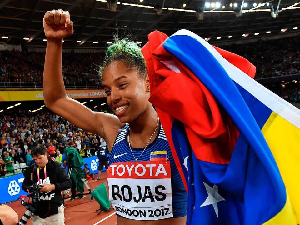 Yulimar Rojas trägt die Fahne ihres He...t Stolz durchs WM-Stadion von London.     Foto: DPA
