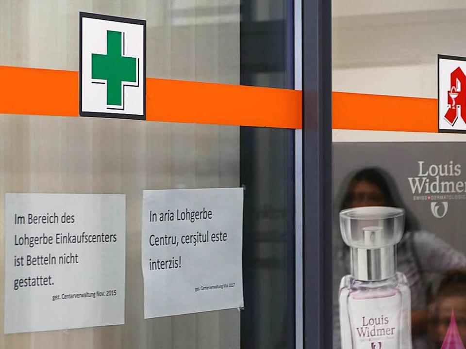 Zwei Zettel sollen Bettler abhalten sich dort hinzusetzen.  | Foto: Manuel Fritsch