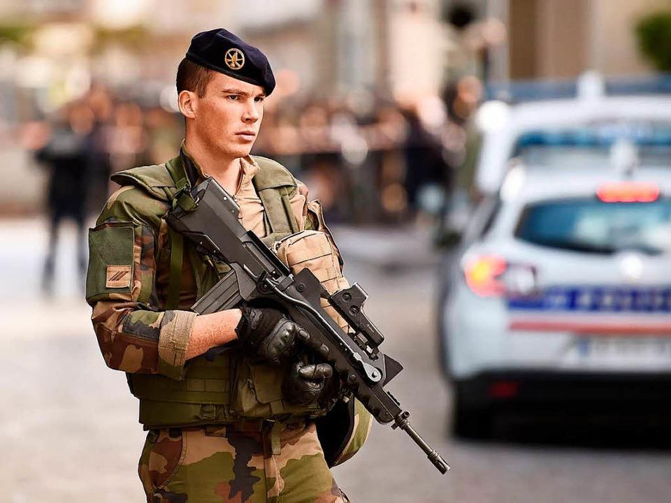 Ein französischer Soldat im Vorort Levallois-Perret  | Foto: AFP