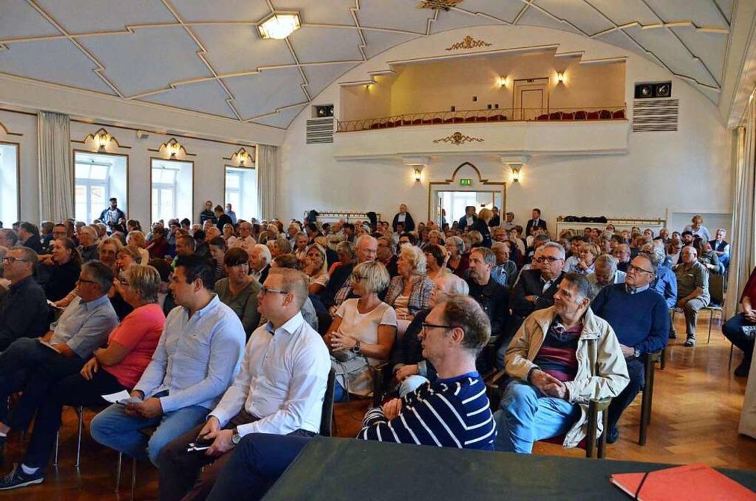Gut 200 Gäste kamen zur Podiumsdiskuss...ht alle fanden einen Platz im Kursaal.  | Foto: Christian Herr