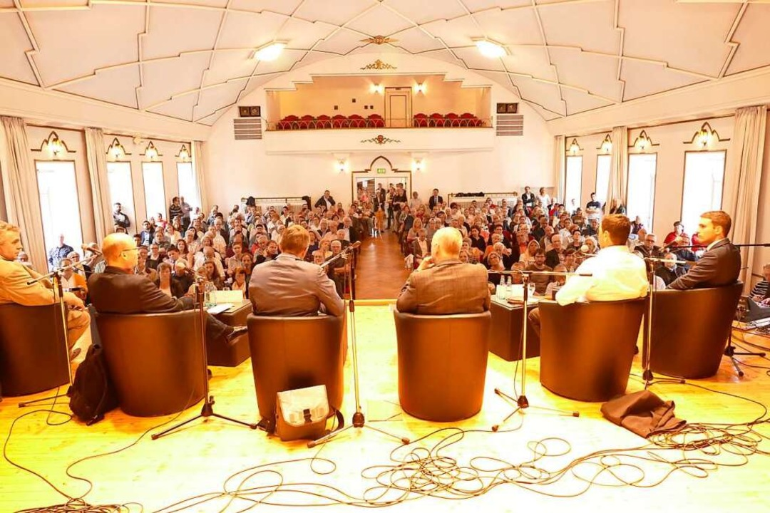 Blick von der Bühne in den vollen Kursaal.  | Foto: Claudia Renk