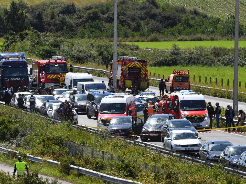 Das mutmaßliche Angriffsfahrzeug ist l...rn auf einer Autobahn gestoppt worden.  | Foto: AFP