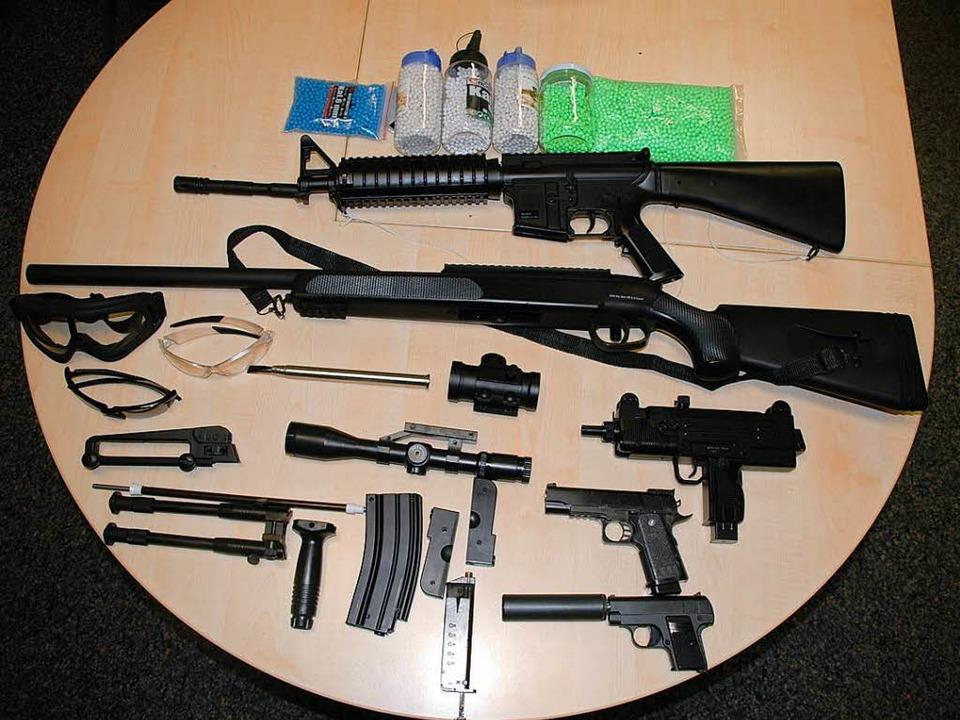 Die beschlagnahmten Softairwaffen sehen täuschend echt aus.  | Foto: Polizei Freiburg