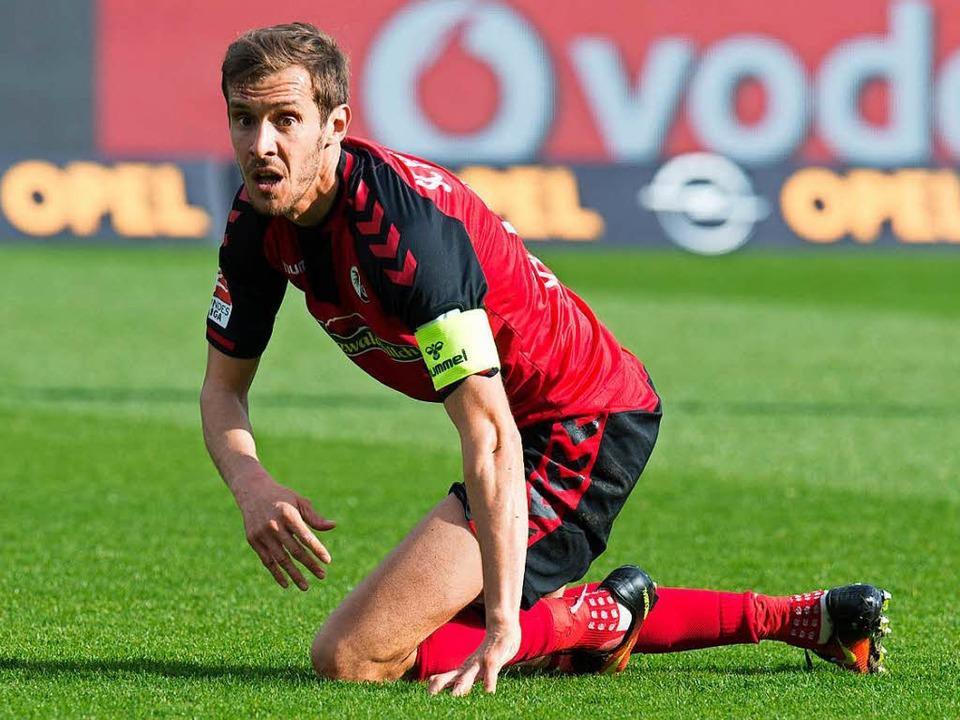 Julian Schuster bleibt Kapitän des SC Freiburg  | Foto: AFP