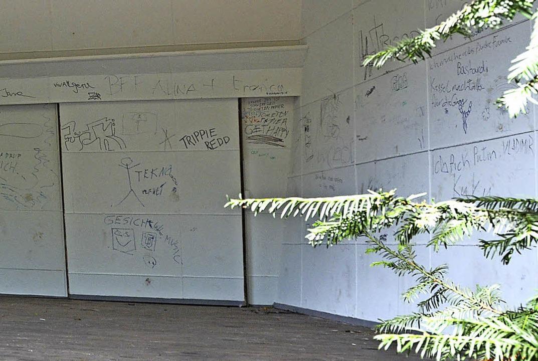 Die Wände der Konzertmuschel bleiben nicht lange weiß.   | Foto: Sarah Beha