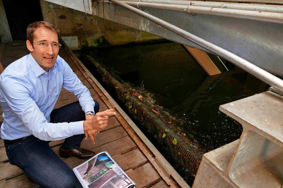 Streckenabschnittsleiter Sven Adam erk... Rechen der Fischtreppe  funktioniert.  | Foto: Mark Alexander
