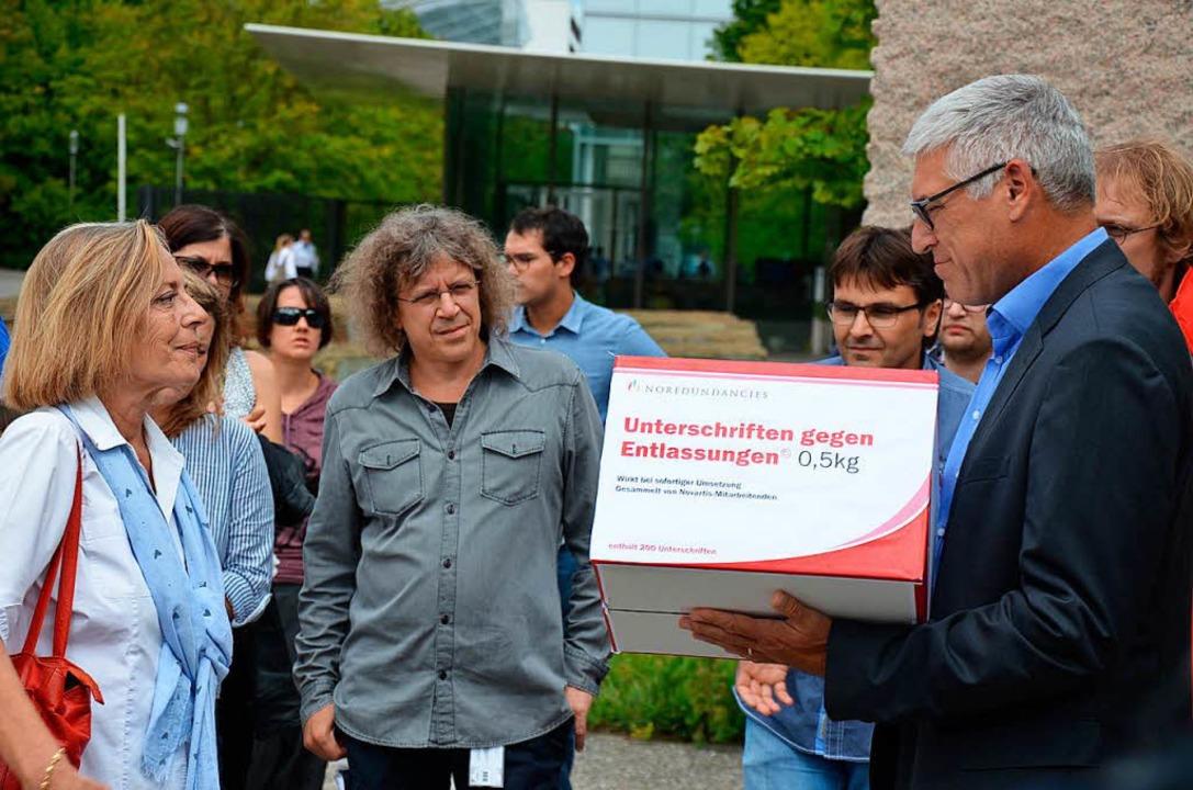 Unia-Präsidentin Martig (links) übergibt Personalchef Bösch die Unterschriften.  | Foto: ZVG