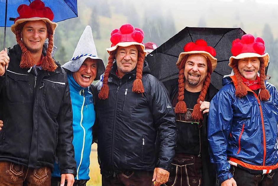 Beim Laurentiusfest regnete es den ganzen Tag – doch die Hartgesottenen ließen sich nicht vom schlechten Wetter abhalten und feierten auf den Hütten rund um den Feldberg. Wichtigste Accessoires waren Schirm, Regenjacke und wasserfeste Schuhe. (Foto: Susanne Gilg)