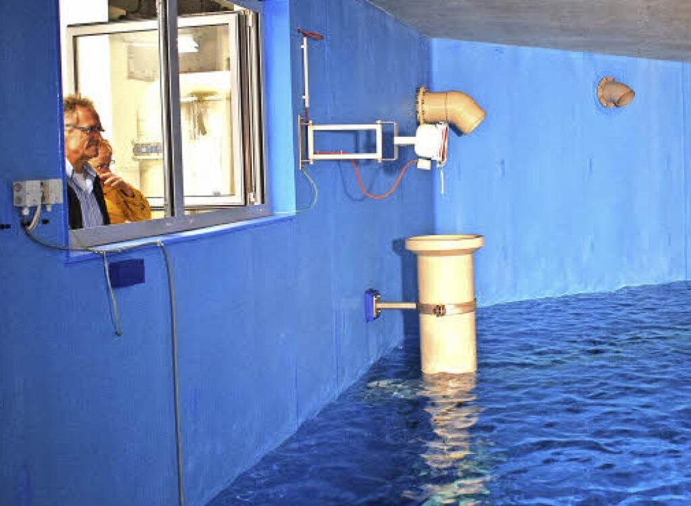 Ein seltener Anblick: Die Besucher sta... Kubikmeter fassenden Wasserbehälter.   | Foto: Frank Schoch