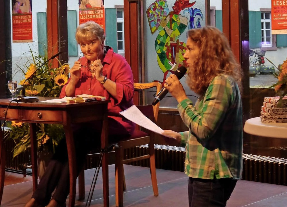 Den Anfang machte Margit Müller (links...bibliothek Offenburg übernehmen wird.     Foto: Heidi Ast