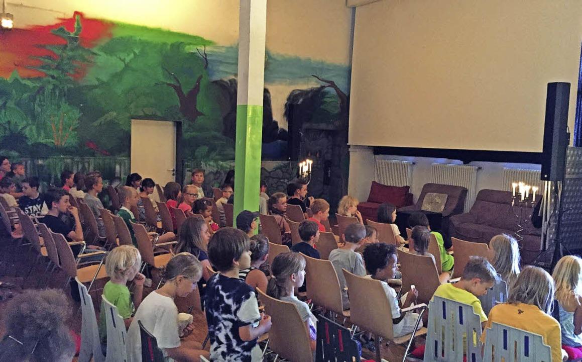 Gespanntes Warten der Kinder auf den Film mit dem Schaf.   | Foto: Privat