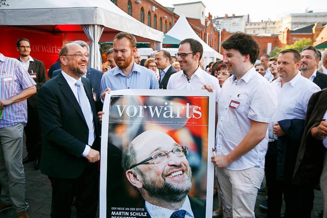 Mit Posterboy Schulz: Daniel Becker (2...Freiburger Juso-WG Ende Mai in Berlin   | Foto: Dirk Bleicker