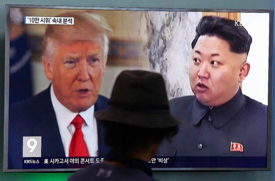 Ein Bildschirm in Seoul, Südkorea, zei...und  Nordkoreas Diktator Kim Jong-un.   | Foto: dpa