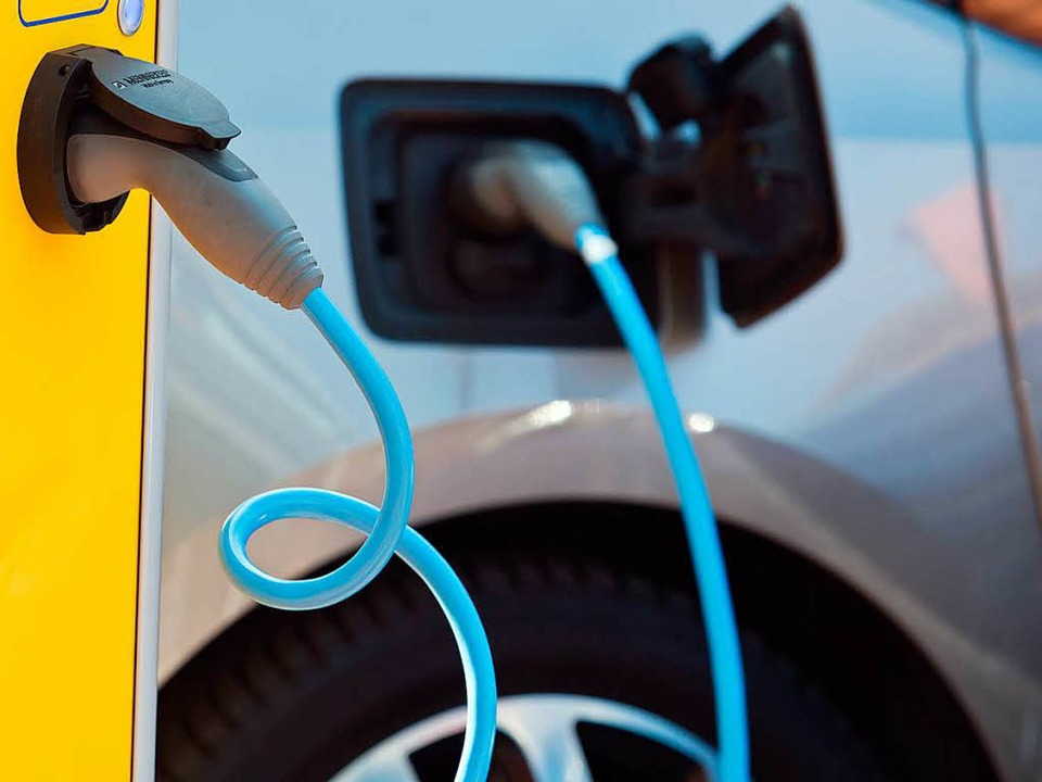 Unter Strom – ein E-Auto wird aufgeladen.  | Foto: Patrick Pleul