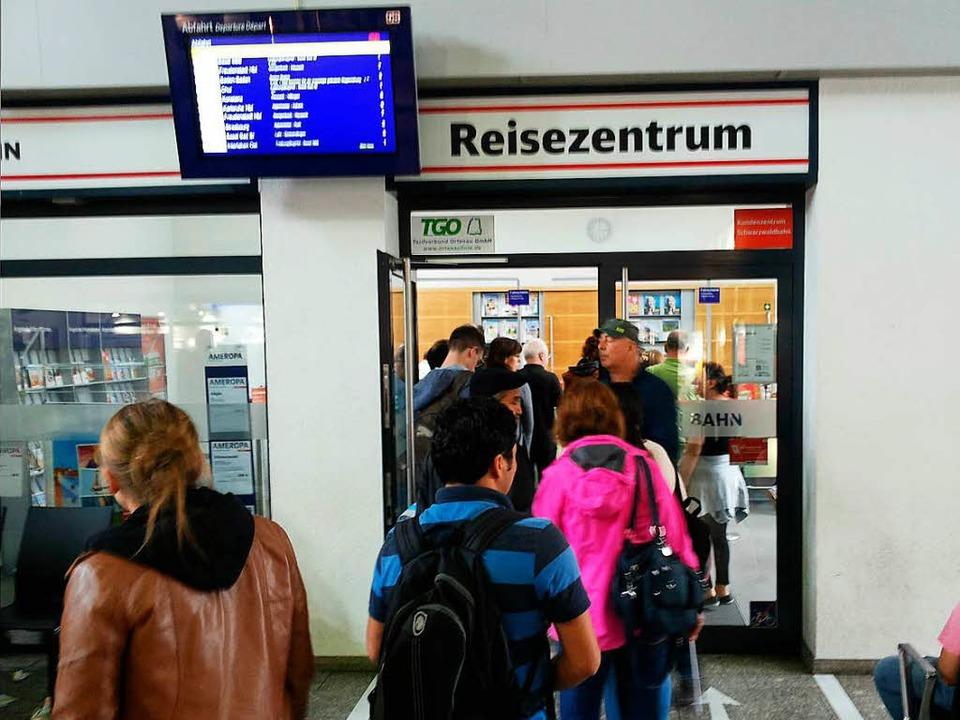 Reisende stehen vor dem Reisezentrum der Bahn im Bahnhof Offenburg Schlange.    Foto: Helmut Seller
