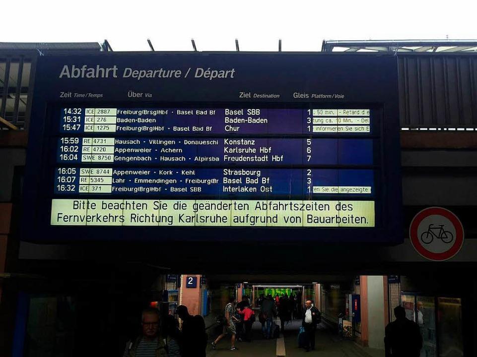 Verspätungen im Fernverkehr werden auf...stafel im Bahnhof Offenburg angezeigt.    Foto: Helmut Seller