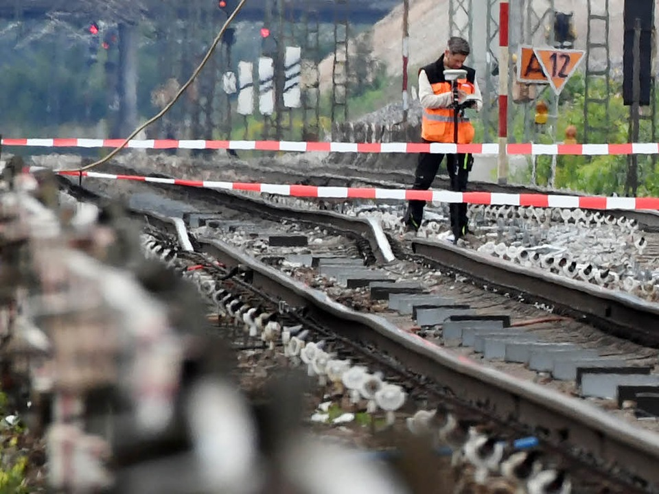Die abgesenkten Gleise der Rheintalbah...d-Süd-Achse ist massiv beeinträchtigt.    Foto: dpa